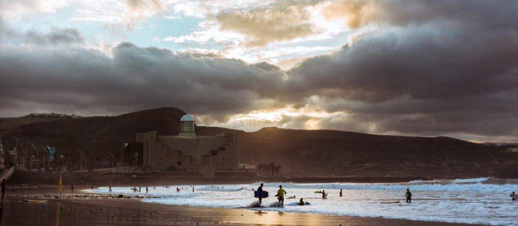 Surfing i Las Palmas, med en flott katedral i bakgrunnen.